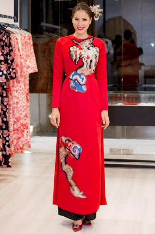 Phạm Hương vốn nổi tiếng bởi nét đẹp khỏe khoắn, sắc sảo. Tuy nhiên, Hoa hậu Hoàn vũ Việt Nam 2015 lại biến hóa 360 độ khi diện trang phục truyền thống. Người đẹp chọn cho mình thiết kế tối giản có họa tiết dân gian, kết hợp cùng trâm vàng cài đầu lạ mắt.