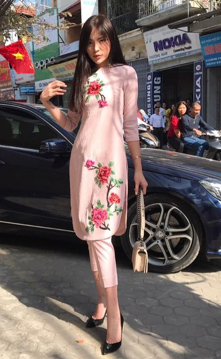 Hoa hậu Kỳ Duyên cũng rất duyên dáng trong tà áo dài cách tân trong ngày Tết. Cô chọn chiếc quần cùng tông màu kiểu dáng cách điệu và chiếc xách tay cũng khá phù hợp. Trang phục tạo nên sự hiện đại nhưng cũng rất nữ tính.