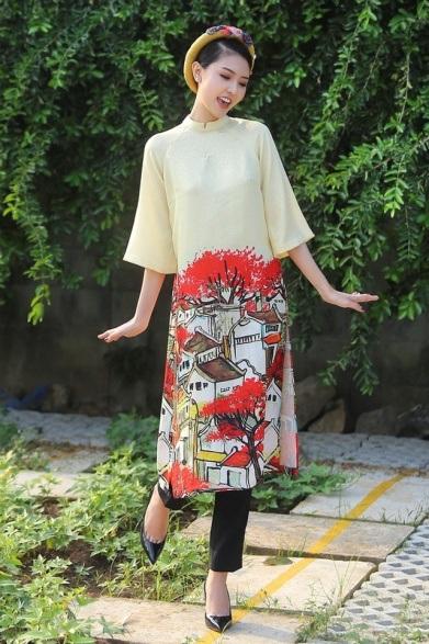 Cũng diện áo dài tay lửng, hoa hậu Ngọc Duyên tạo dáng tươi trẻ và tràn đầy sức sống. Người đẹp chọn thiết kế in họa tiết phố cổ hết sức độc đáo.
