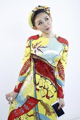 Là một trong những ca sĩ cá tính bậc nhất của showbiz Việt, Tóc Tiên vẫn rất duyên dáng, nữ tính khi mặc áo dài. Cô nàng tạo dáng vui nhộn khi khoác lên mình thiết kế áo dài không cổ, họa tiết vui tươi nhiều màu sắc.