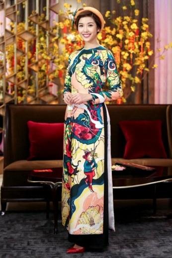 Không hề thua kém đàn chị, Á hậu Thúy Vân cực kì duyên dáng và đằm thắm trong tà áo dài in phong tục múa lân – một nét đẹp văn hóa của người Việt. Sở hữu nụ cười phúc hậu, gương mặt đầy, sẽ không ngoa khi nói rằng Thúy Vân là một trong số những mỹ nhân mặc áo dài đẹp nhất của showbiz Việt.