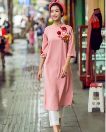 Hoa hậu Đỗ Mỹ Linh diện áo dài cách tân xuống phố. Thiết kế của người đẹp gốc Hà thành không có nhiều biến tấu, phần vạt áo và tay được làm ngắn hơn để tiện việc di chuyển.