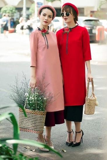 Cũng biến tấu áo dài thành trang phục streetstyle, chị em Yến Trang – Yến Nhi lại có phần hiện đại và thời trang hơn hẳn khi kết hợp cùng quần lửng ống rộng và giày cao gót. Hai nữ ca sĩ còn dùng thêm phụ kiện là giỏ mây đan.