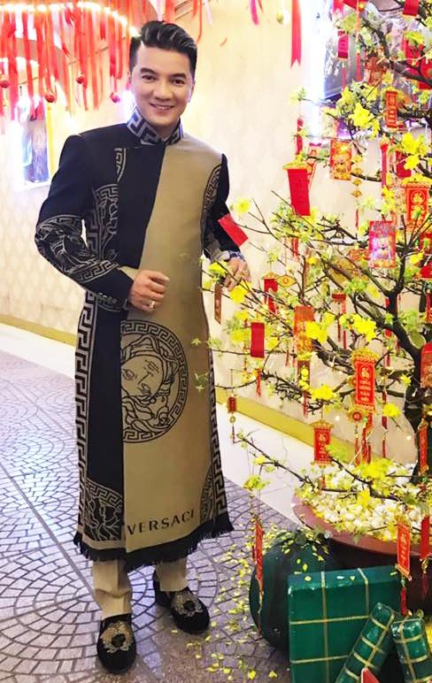 Ca sĩ Đàm Vĩnh Hưng chọn áo dài cách tân nhưng được thiết kế kiểu dáng và thương hiệu sang trọng. Trang phục được ưa chuộng khi anh đi diễn trong mùa Tết năm nay.