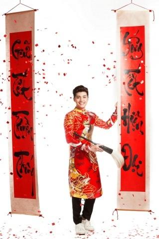 Noo Phước Thịnh là một trong những ca sĩ rất chăm chút cho ngoại hình của mình, ngoài bộ sưu tập veston lịch lãm, tủ đồ của nam ca sĩ cũng không hề vắng bóng các trang phục truyền thống.