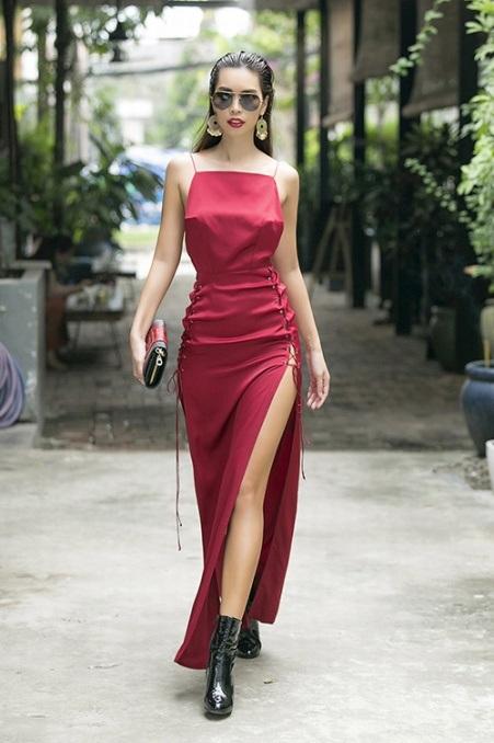 Hà Anh nóng bỏng như một cô đào Hollywood thực thụ. Người đẹp diện váy xẻ cao với boots lửng đơn sắc và clucth đồng màu. Cô chọn cách làm tóc, make up gọn gàng, sắc sảo, mang đến diện mạo đầy cá tính ngày đầu năm.