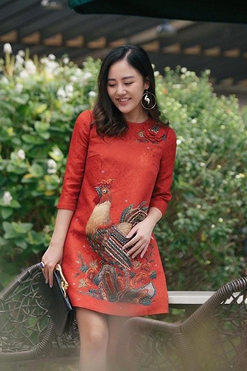 Văn Mai Hương nền nã khi diện váy suông tối giản với họa tiết con gà trống, mang ý nghĩa biểu trưng cho năm Đinh Dậu. Á quân Vietnam Idol trông thanh thoát và uyển chuyển hơn hẳn sau nhiều nổ lực giảm cân.