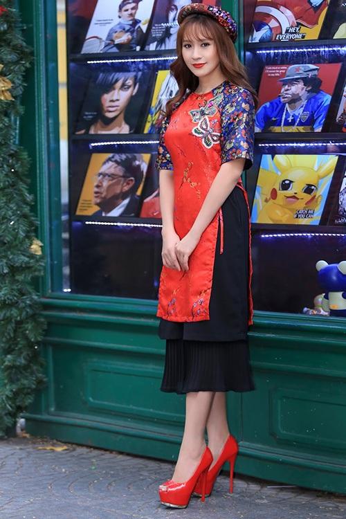 """Tuy có nhiều tranh cãi xoay quanh sự kết hợp của áo dài và """"váy đụp"""", tuy nhiên, không thể phủ nhận nét duyên dáng, nữ tính của diễn viên Thanh Thúy trong bộ cánh này. Người đẹp được nhận xét là trẻ trung, rạng rỡ hơn hẳn trong ngày đầu năm."""