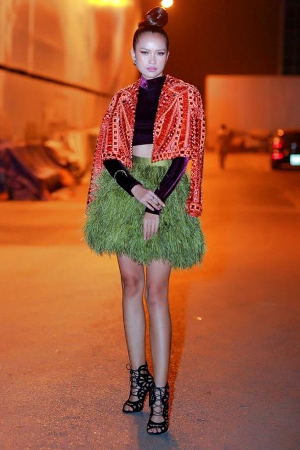 """Quán quân Vietnam's Next Top Model 2016 Ngọc Châu trở thành """"thảm họa"""" khi kết hợp các iteams không hề liên quan và cực kì lỗi mốt. Không chỉ vậy, chiếc áo đinh tán, váy lông và croptop nhung của cô nàng cũng được làm bằng chất liệu kém sang, không thu hút."""
