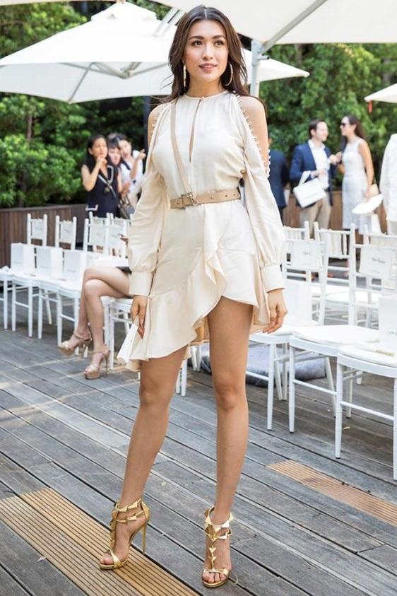 Lệ Hằng cá tính như một nữ chiến binh Hy Lạp. Á hậu Hoàn vũ 2015 khoe vai gầy và thân hình nóng bỏng nhờ bộ váy xẻ cao màu nude, kết hợp với giày ánh kim có cấu trúc lạ mắt và thắt lưng da.