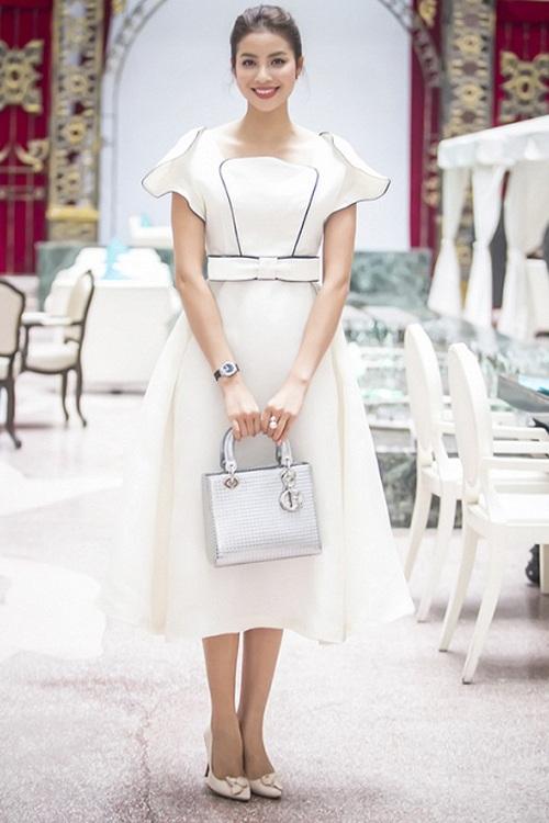 Phạm Hương đẹp lãng mạn trong bộ váy xòe trắng, có phần vai và cổ áo được cách điệu lạ mắt, kết hợp cùng dàn phụ kiện đắt tiền như túi xách, đồng hồ và nhẫn hạt to. Người đẹp gốc Hải Phòng trang điểm nhẹ nhàng nhưng vô cùng hiệu quả.