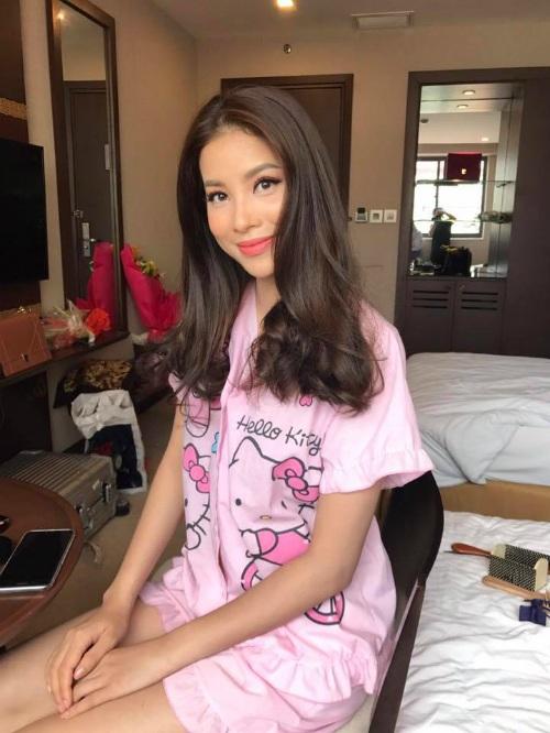 """Không chỉ xinh đẹp trong trang phục sang trọng hay gợi cảm với bikini, Phạm Hương vẫn thu hút với áo ngủ màu """"cẩm hường"""" đáng yêu in hình Hello Kity."""