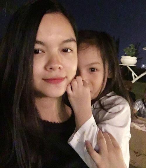 Phạm Quỳnh Anh đăng tải hình cùng cô con gái trên trang cá nhân: Mới có hơn một tháng lo chăm sóc cho người yêu 2 lơ là người yêu 1 thôi mà bao nhiêu sự thay đổi.