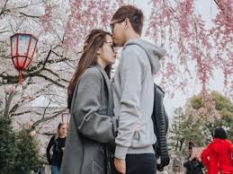 Cử chỉ thân mật cùng với những lời yêu nồng nàn của cả hai khiến người hâm mộ kì vọng vào một đám cưới trong tương lai.