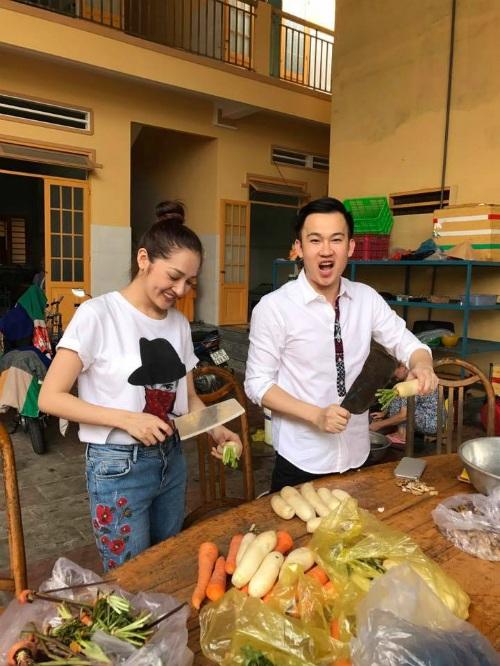 Bảo Anh và Dương Triệu Vũ có ngày chủ nhật ý nghĩa ở tịnh xá Ngọc Quan. Cả hai cùng nấu cơm từ thiện cho những người già, neo đơn, có hoàn cảnh khó khan tại nơi đây.