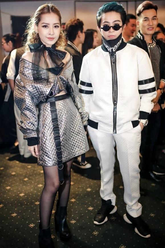 """Chi Pu – Gil Lê """"mặc đẹp cả đôi"""". Nếu Chi Pu nữ tính, tinh nghịch cùng bộ đầm lệch vai ánh bạc, kết hợp cùng tóc xoăn xù thì Gil Lê lại """"chất-phát-ngất"""" khi khoác lên mình một combo hoàn hảo gồm áo bomber, quần thun và giày sneaker trắng – đen cá tính."""