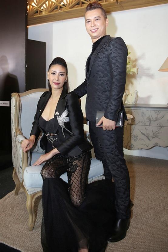 Hoa hậu Việt Nam 1992 Hà Kiều Anh diện thiết kế nặng nề và cực kì rối mắt. Bộ trang phục của cô là sự kết hợp của nhiều mảnh ghép chỏi nhau chan chát- áo blazer độn vai, áo quây cúp ngực, tất lưới và phần quần loe rộng bằng chất liệu voan.