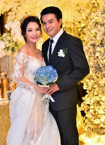 """Bất ngờ kết hôn ở tuổi tứ tuần, Cao Minh Đạt đang sống hạnh phúc chấm dứt cuộc sống độc thân với nhiều tin đồn """"Phim giả, tình thật""""."""