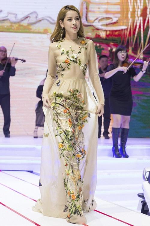 Chi Pu mang đến cuộc chiến váy áo tuần này một nét đẹp lãng mạn và vô cùng nữ tính. Hotgirl gốc Hà thành diện váy lụa màu nude có họa tiết thêu hoa tinh tế phù hợp với xu hướng.