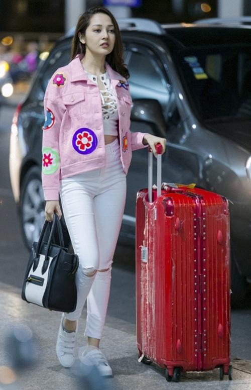 Bảo Anh tuần qua khiến nhiều người bất ngờ vì bộ cánh thảm họa của mình. Chiếc áo jeans nữ ca sĩ lựa chọn như được phục chế từ chiếc áo cũ, ủi thêm hàng loạt các họa tiết hoa lá màu mè. Không chỉ vậy, chiếc túi xách trắng - đen cũng một mình một cõi, không hề liên quan đến tổng thể.