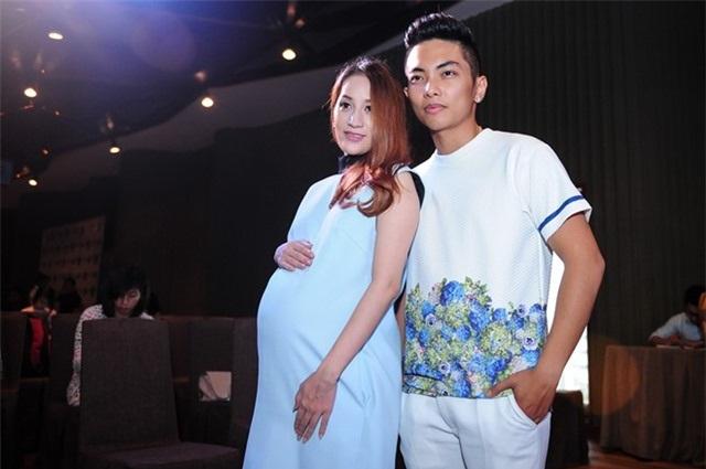 Từ khi chính thức công khai mối quan hệ, cặp đôi Khánh Thi-Phan Hiển không ngần ngại thể hiện tình cảm ngọt ngào bên nhau. Câu chuyện tình yêu thầy – trò vượt qua khoảng cách tuổi tác của cả hai khiến mọi người ngưỡng mộ và ghen tị.
