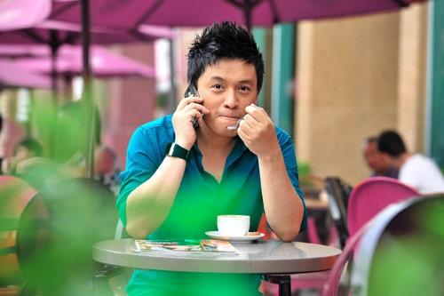 """Vào vai một anh chàng đẹp trai, giàu có và lịch lãm nhưng dường như Lam Trường diễn không đủ sức thu hút, lôi cuốn được các cô gái phải """"đeo bám"""" và """"tương tư"""" mình."""