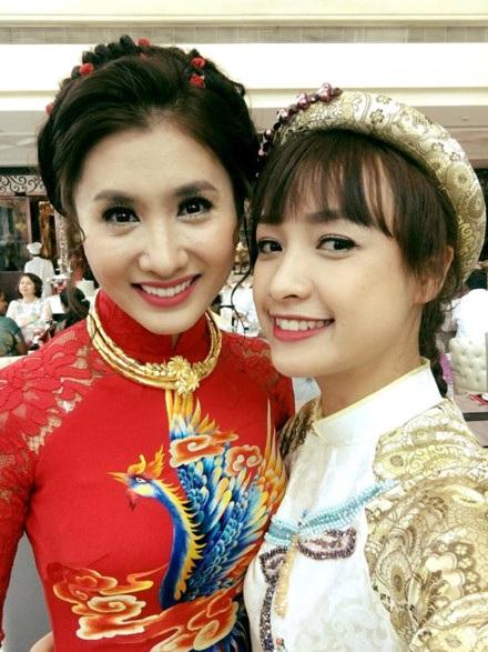 Nguyệt Ánh xinh đẹp trong trang phục cô dâu truyền thống bên Lê Bê La ở buổi lễ vu quy.