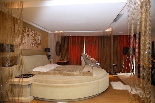 Phòng ngủ của Mr.Đàm được đầu tư khá nhiều, khi nhìn vào mọi người có thể liên tưởng đến phòng ngủ của vương hậu Võ Tắc Thiên. Để có ngôi nhà tiện nghi và lộng lẫy như hiện tại, anh đã phải dành 2 năm xây dựng và trang trí.