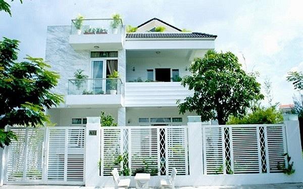 Nhìn từ ngoài vào, toàn bộ ngôi nhà toát lên vẻ đẹp sang trọng theo phong cách châu Âu cùng khoảng sân vườn rộng mang đến không khí dễ chịu thư thái.