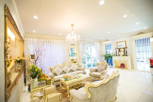 Hồ Quỳnh Hương chọn trang trí nhà bằng nhiều họa tiết hoa văn xung quanh cửa sổ, cửa ra vào để tạo điểm nhấn.