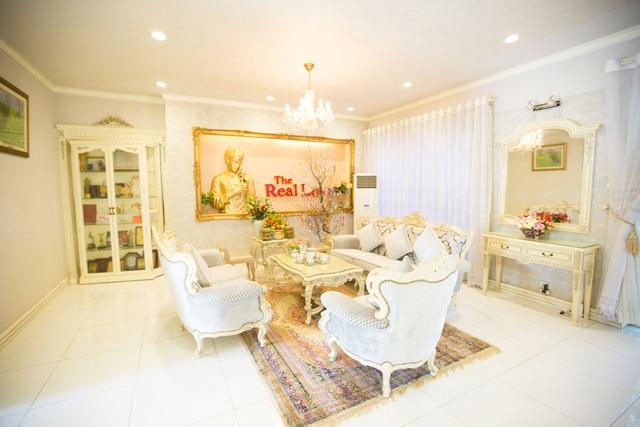 Nội thất phòng khách hoàn toàn được nhập khẩu từ nước ngoài với thiết kế đậm chất Châu Âu.