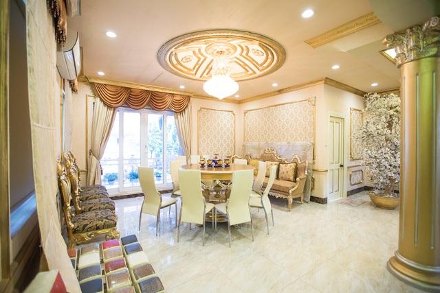 Phòng ăn của căn biệt thự cũng được trang hoàng lộng lẫy, sang trọng không kém. Hồ Quỳnh Hương từng bật mí, ngôi nhà ngày xưa của mình ở còn nhỏ hơn một căn phòng hiện tại ở nhà mình.
