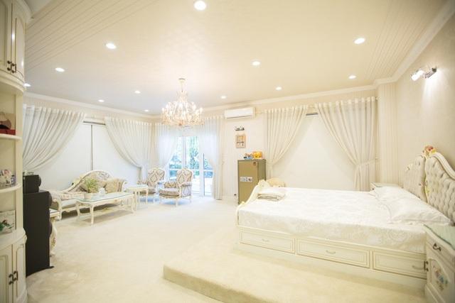 """Phòng ngủ của giọng ca """"Anh"""" được chọn tông màu trắng chủ đạo để tạo sự nhẹ nhàng. Hồ Quỳnh Hương cho biết, mình thích thiên nhiên nên căn nhà luôn thoáng và màu sắc nhã nhặn."""