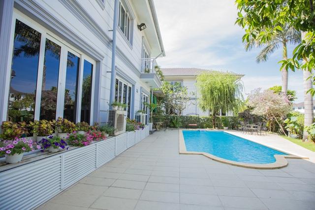 Ngoài sân vườn có hồ bơi tạo không gian thư giãn mát mẻ.