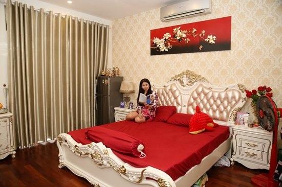 Trong căn biệt thự, em gái Lý Hùng cũng được anh trai ưu ái thiết kế và đặt mua nội thất cao cấp theo phong cách Châu Âu dựa trên sở thích của cô. Căn phòng của cô trông cực kì sang trọng với 2 tông màu đỏ - vàng sâm banh làm chủ đạo.