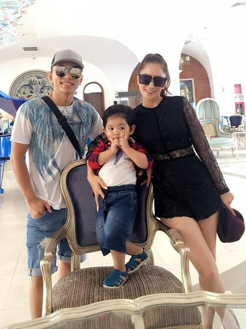 """Kết thúc liveshow đầy thành công tại Hà Nội, hai vợ chồng Khánh Thi - Phan Hiển cùng con trai cùng nhau """"xách balo"""" đi du lịch."""