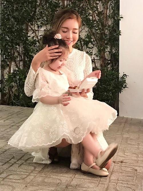 """Mẹ con nhà Elly Trần lại tiếp tục """"gây sốt"""" khi quá đáng yêu trong trang phục đôi."""