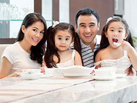 Hiện nay ở độ tuổi 48 nam diễn viên, MC Quyền Linh đang có cuộc sống sung túc và hạnh phúc bên vợ cùng hai cô con gái.