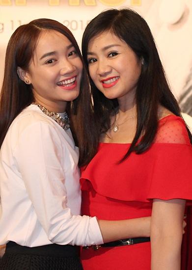 Thu Hà – Nhã Phương, hai mỹ nhân của hai thế hệ diễn viên hợp tác trong phim Khúc hát mặt trời. Lần này thay thế vẻ đẹp trong veo của một thiếu nữ Lá ngọc cành vàng là một người phụ nữ với vẻ đẹp mặn mà đầy lôi cuốn.