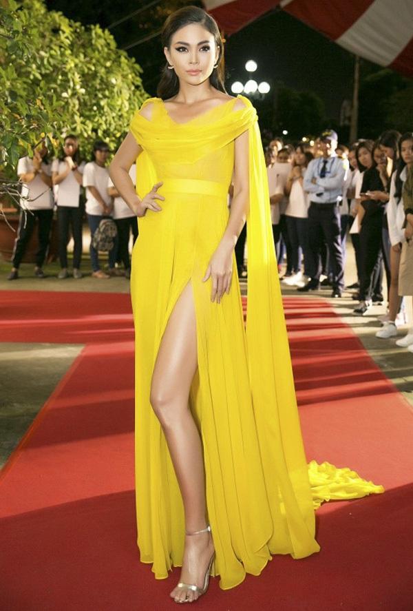 """Mâu Thủy """"nổi bần bật"""" trên thảm đỏ nhờ thiết kế dạ hội của NTK Lý Quí Khánh. Chi tiết xẻ tà cao, sắc vàng rạng rỡ cũng góp phần tôn lên làn da bánh mật đặc trưng của người đẹp."""