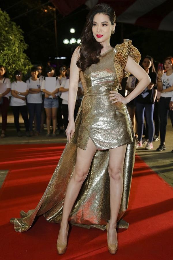 """Trương Ngọc Ánh thể hiện phong độ thời trang thất thường suốt những tuần qua. Nữ diễn viên """"Hương Ga"""" một lần nữa gây thất vọng lớn khi khoác lên mình bộ cánh ánh kim rườm rà, lỗi mốt với phần tà không thể nặng nề hơn."""
