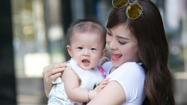 Thời gian qua, Diễm Trang đang sống cùng ông xã và con gái tại TPHCM, mọi thời gian cô đều dành cho việc chăm sóc cô con gái hơn 10 tháng tuổi.