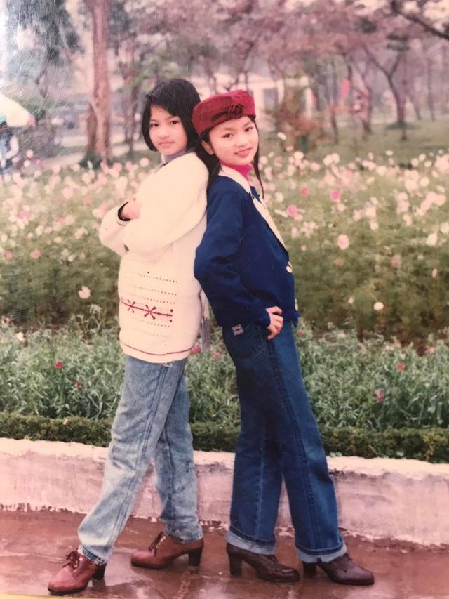 """Tấm hình thời học sinh của Vũ Thu Phương và Diệu Hương từng gây """"sóng"""" dư luận khi chứng minh cả hai xinh từ bé."""