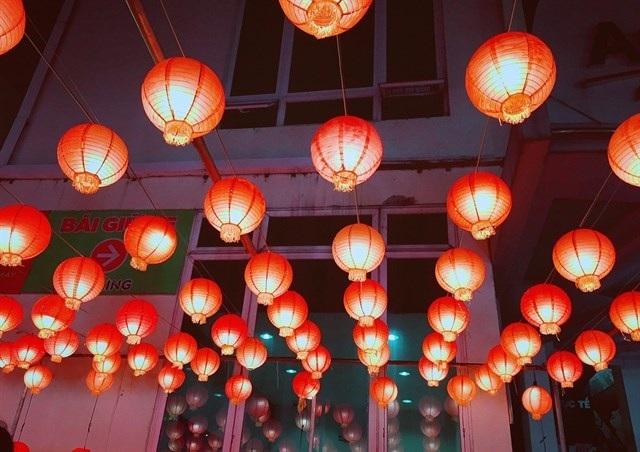 Đặc trưng của Phố Đèn đỏ dĩ nhiên là… đèn đỏ với nhiều kiểu dáng, cách trang trí khác nhau tạo nên một không gian đa dạng, hấp dẫn.