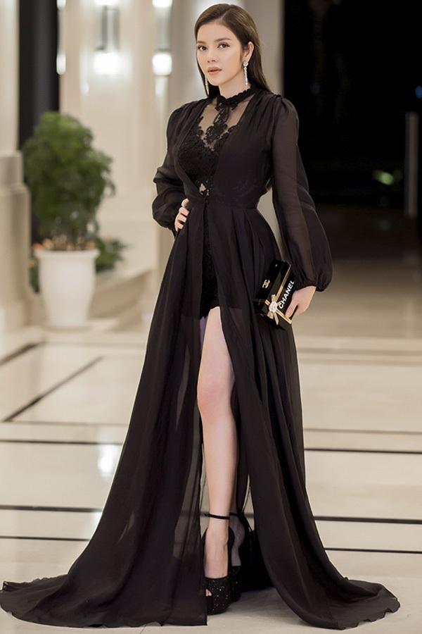 Lý Nhã Kỳ xinh đẹp khi ngồi ghế giám khảo Miss Grand International 2017 được diễn ra tại đảo Phú Quốc, Việt Nam. Người đẹp chọn cho mình chiếc đầm đen cắt xẻ cao cực kì gợi cảm, đan xen những mảng ren, voan xuyên thấu.