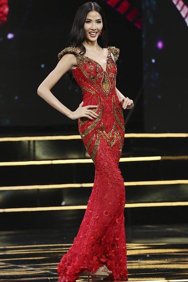 Hoàng Thùy nổi bật trong đêm bán kết Hoa hậu Hoàn vũ Việt Nam 2017. Người đẹp chọn bộ đầm dạ hội màu đỏ nổi bật, với kiểu dáng ôm sát khoe đường cong. Các họa tiết cũng như cầu vai màu vàng ánh kim sang trọng là điểm cộng lớn cho thiết kế này.