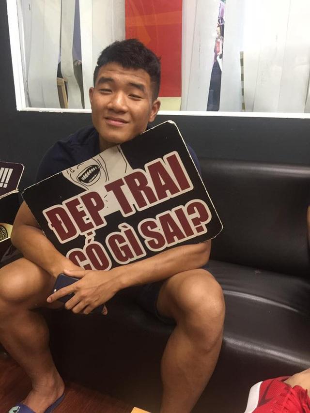Đức Chinh được mọi người trong đội đặt cho biệt danh cầu thủ nhí nhố nhất của U23 Việt Nam, bởi anh là người không thể ngồi im khi giải lao, rãnh rỗi.