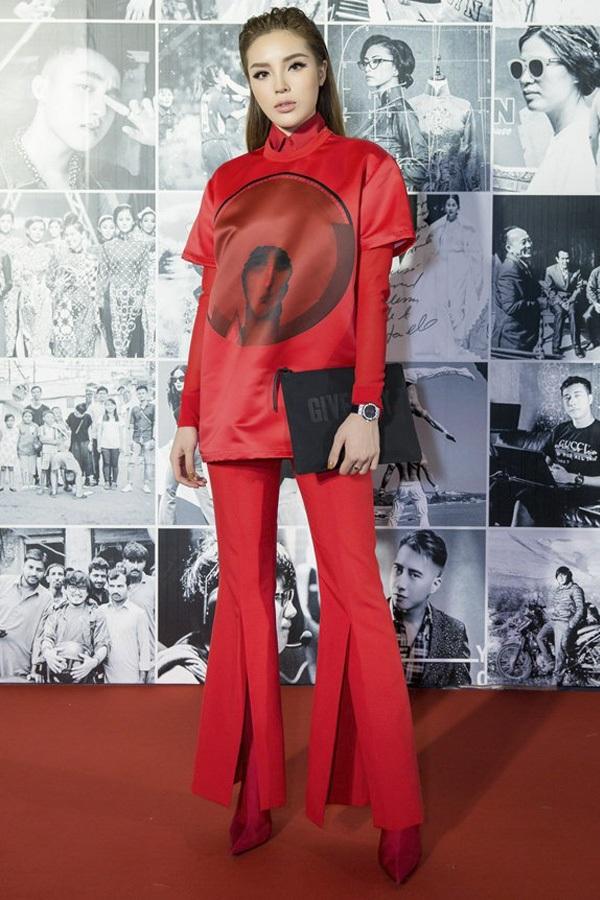"""Kỳ Duyên liên tục diện cây đỏ trong những ngày cuối năm. Hoa hậu Việt Nam 2014 nổi bật giữa rừng váy áo """"hoành tráng"""" nhờ thiết kế áo phông, quần xẻ tà cực kì ấn tượng. Cô nàng làm tóc gọn, trang điểm môi hồng nhạt hợp mốt."""