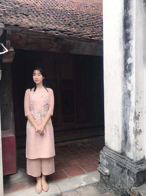 Kiểu áo dài cách tân tà lửng này cũng được Hoa hậu Việt Nam 2016 Đỗ Mỹ Linh mê tít. Người đẹp gốc Hà thành chọn áo dài hồng nude với hoạ tiết thêu tay nhẹ nhàng để gặp gỡ gia đình, họ hàng dịp đầu xuân.