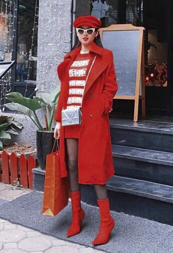"""Cũng diện cây đỏ nhưng có lẽ Tâm Tít lại """"mở hàng"""" năm mới không được suôn sẻ như Kỳ Duyên hay Angela. Hotgirl gốc Hà thành đã quá tham lam khi kết hợp nhiều phụ kiện và hoạ tiết rối mắt với nhau, như áo kẻ sọc, tất lưới, túi ánh kim,..."""